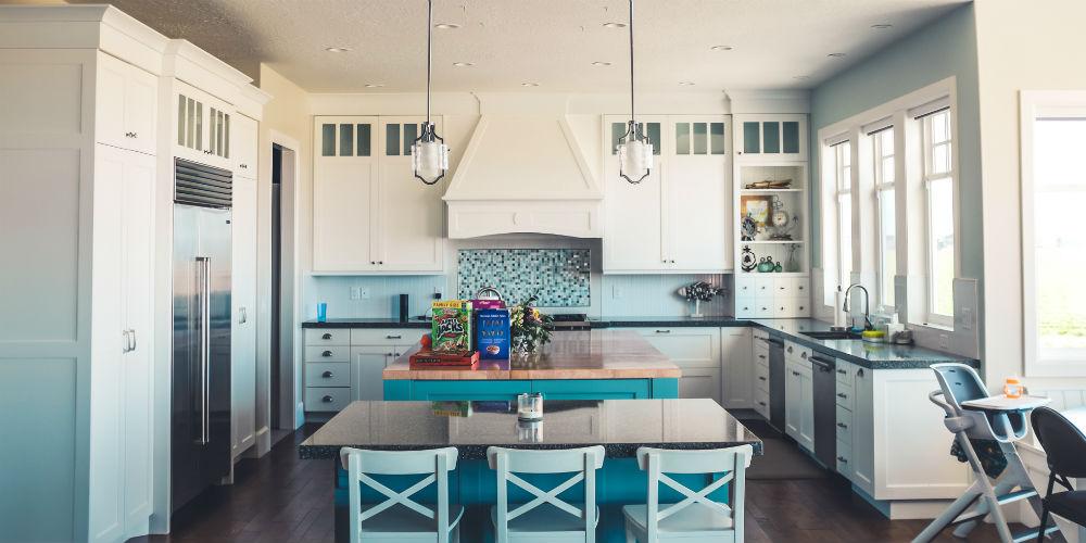 Giv dit køkken alrum et friskt pust med møbelpolstring