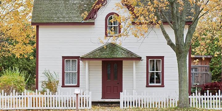 Et hvidt hus, der er klar til køberrådgivning.